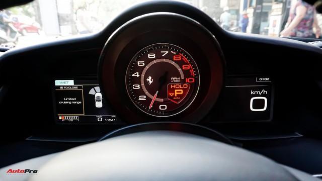 Đồng hồ phía sau vô lăng. Ferrari 488 Spider sử dụng 1 đồng hồ analog hiển thị vòng tua và 2 màn hình LCD lớn hiển thị thông tin ở 2 bên.