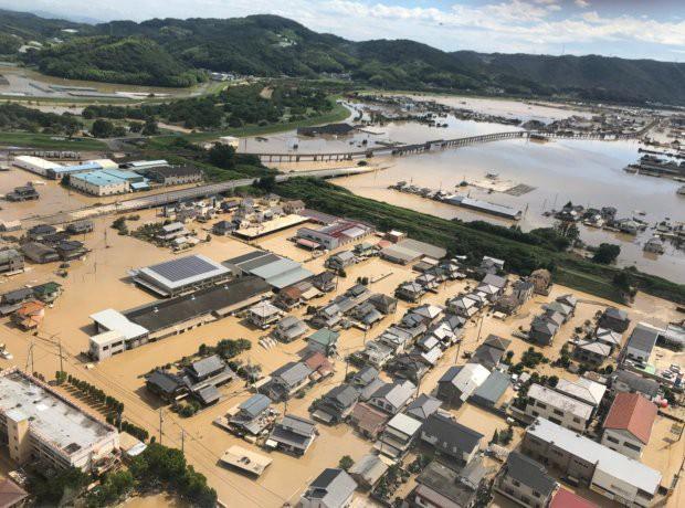 """Anh Masayuki Yoshida, một nhân viên 48 tuổi làm việc tại trung tâm cho biết: """"Tôi nghĩ cô ngựa đã ra đi trong trận lũ lụt, nhưng may mắn đã mỉm cười khi chúng tôi tìm thấy Leaf trên mái nhà."""" (Ảnh: Asia Wire)"""