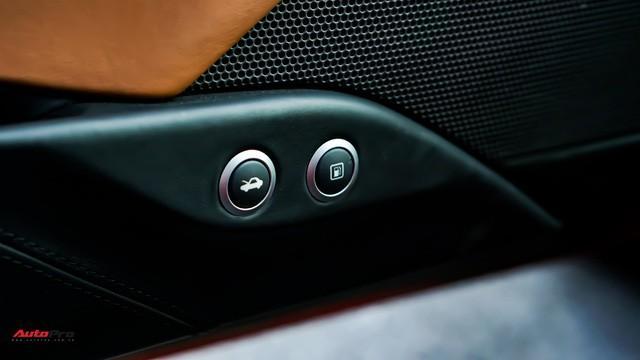 Nắp capo và bình xăng được mở bằng 2 nút bấm bên phía cửa lái.