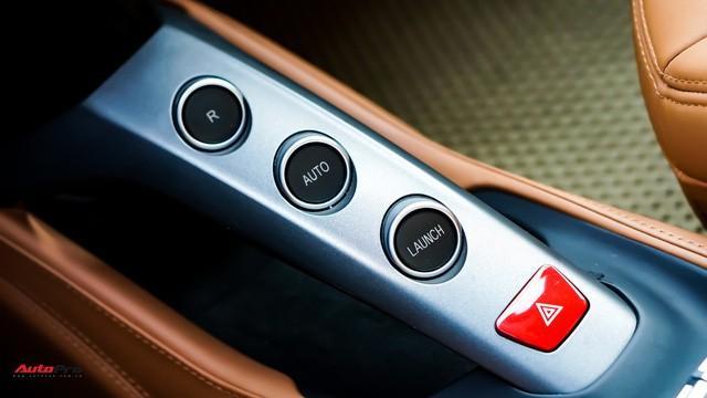 Vị trí cần số bao gồm 3 nút bấm cơ bản, bao gồm số lùi (R), số tiến (Auto) và chế độ bứt tốc từ trạng thái tĩnh (Launch).
