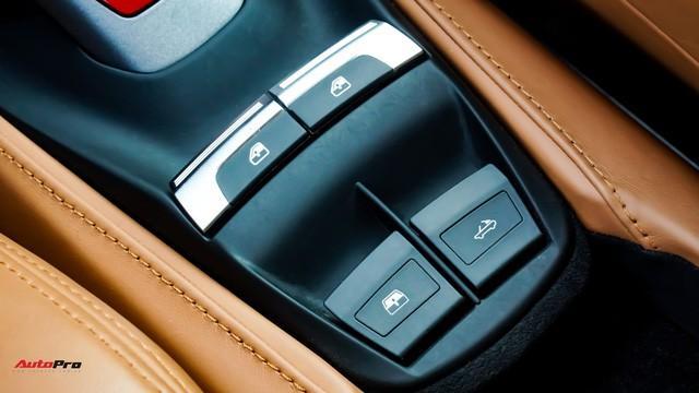 Kính và mui được đóng mở trông qua các nút bấm phía dưới.