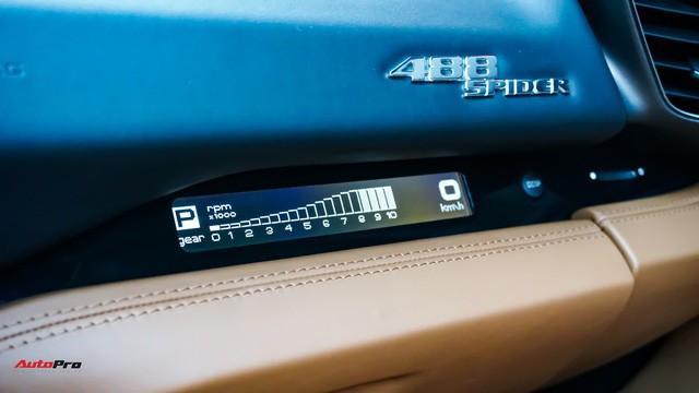 Màn hình LCD nhỏ bao gồm các thông tin về cấp số, tua máy và tốc độ là một trang bị tuỳ chọn bên ghế phụ.