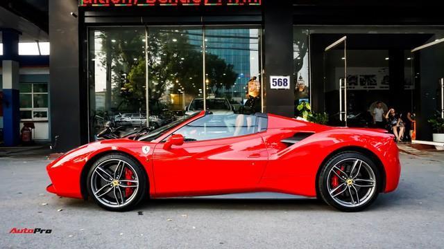 Ferrari 488 Spider sử dụng dạng mui cứng với thời gian đóng mở chưa tới 10 giây.