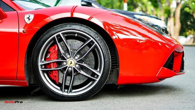 2 cặp bánh trước sau sử dụng chung mâm 20 inch 5 chấu kép với kích thước lốp trước 245/35, lốp sau 305/30.
