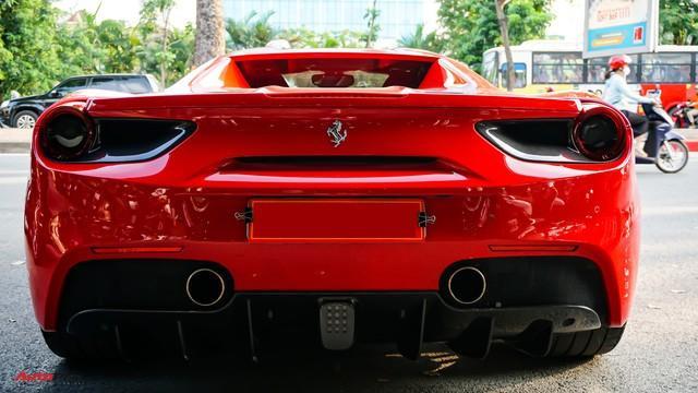 Những đường uốn cong và những chi tiết tròn là cảm hứng cho phần đuôi của Ferrari 488 Spider.