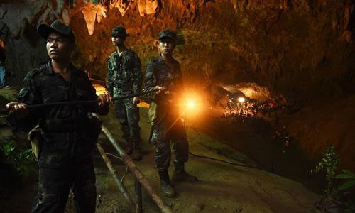 Quân nhân Thái Lan lắp đặt đường dây điện vào trong hang Tham Luang trong chiến dịch giải cứu. Ảnh: AFP.