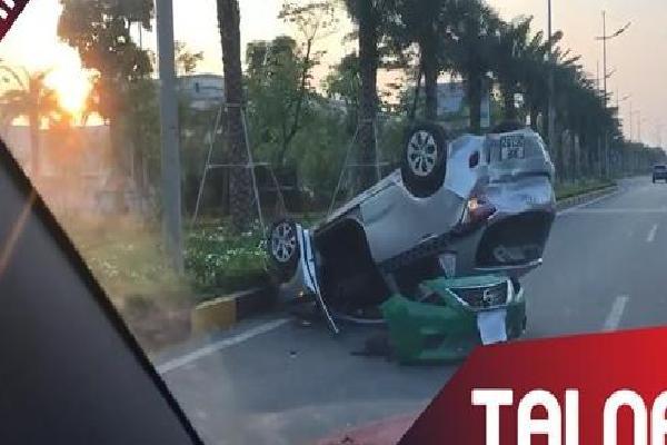 Va chạm giao thông, ôtô lật ngửa ở Hà Nội