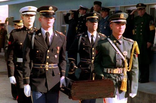 Hài cốt một lính Mỹ trong chiến tranh Triều Tiên được hồi hương năm 1993. Ảnh: AFP.