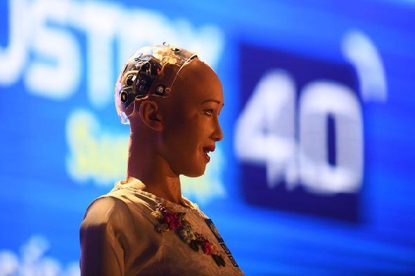 Robot Sophia mặc áo dài Việt Nam khi xuất hiện tại Diễn đàn cách mạng công nghiệp 4.0 ở Hà Nội