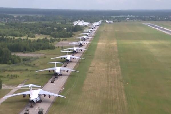 Màn biểu diễn 'Voi đi bộ' hoành tráng của máy bay vận tải Nga