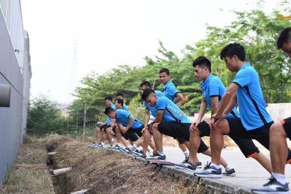 U23 Việt Nam nhận 'món quà ý nghĩa' sau khi phải tập cạnh cống thoát nước thải