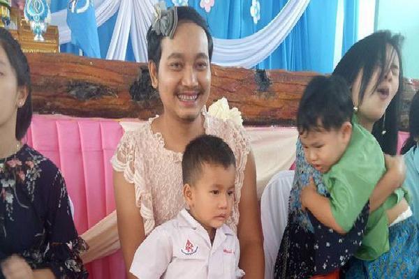 Sự thật nghẹn ngào đằng sau hình ảnh ông bố mặc váy rồi đến trường con tham gia 'Ngày của mẹ' ở Thái Lan