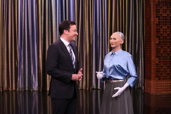 Vì sao những nữ robot khác có tóc, trong khi Sophia lại để đầu trọc?
