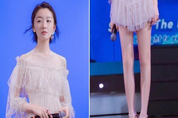 Châu Đông Vũ diện váy rất xinh nhưng đôi chân dài như cà kheo, thẳng đuột như ma nơ canh của cô mới là thứ gây chú ý