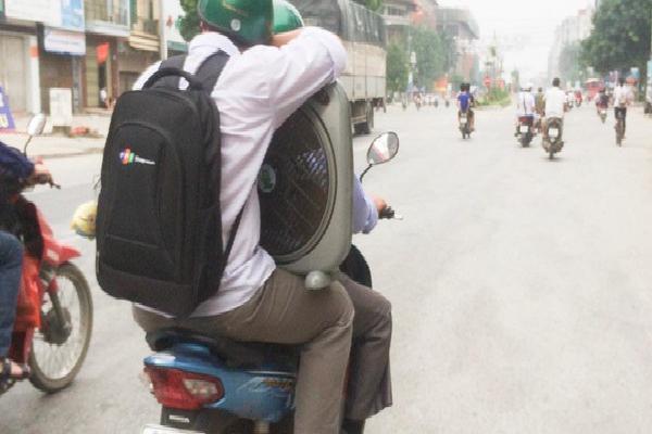 Hình ảnh cha chở con trai lễ mễ đồ đạc lên Hà Nội nhập học và thuê trọ khiến nhiều người cảm động và thấy mình trong đó