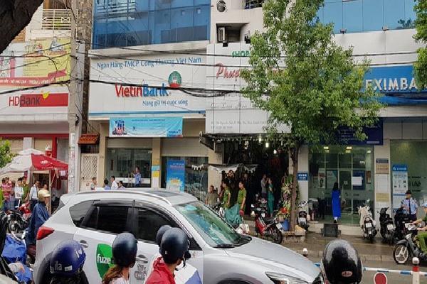 Thanh niên thản nhiên ngồi đếm tiền sau khi cướp ngân hàng ở Sài Gòn dương tính với ma tuý