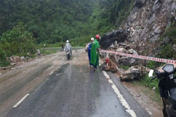 Nghệ An: Mưa lớn đất đá đổ sập chia cắt quốc lộ 7