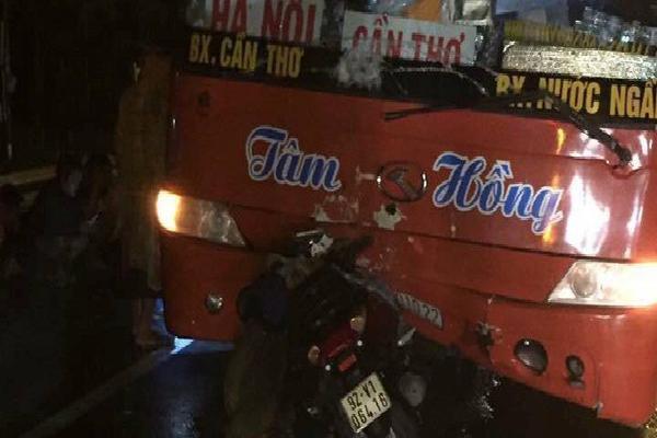 Xe khách va chạm với xe máy, mẹ cùng con gái 5 tuổi tử vong thương tâm