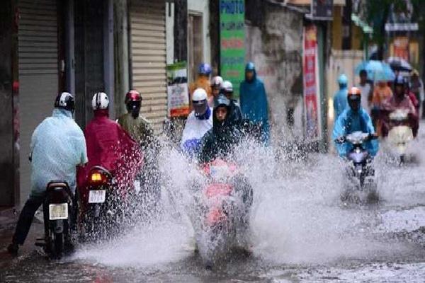 Bão số 4 giật cấp 11 đi vào Vịnh Bắc Bộ, Hà Nội mưa rất to