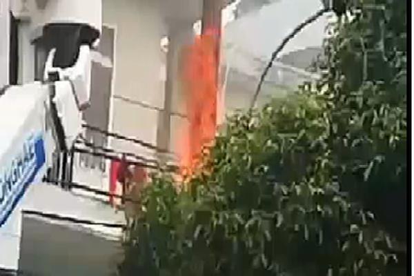 Trụ điện nổ như pháo hoa rồi cháy dữ dội, nhiều người đi đường tháo chạy thoát thân