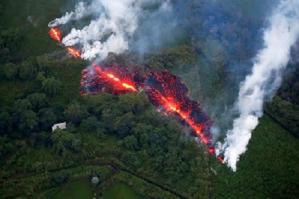 'Bom nham thạch' xuyên thủng tàu du lịch Hawaii, 23 người bị thương