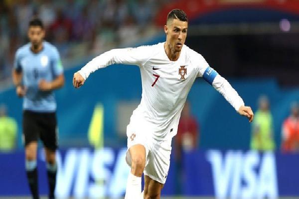 Cạnh kỷ lục của Ronaldo 'siêu nhân', là một Neymar đầy tủi hổ