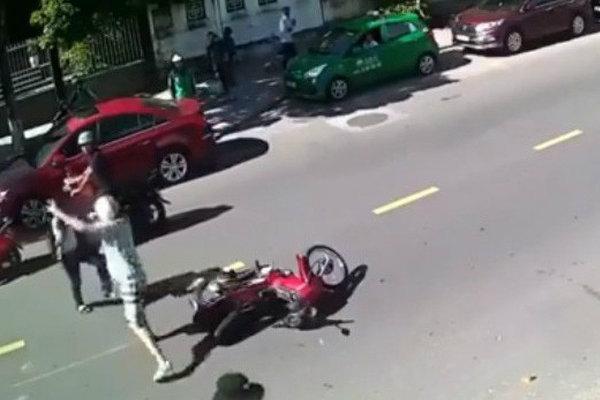 2 thanh niên xô xát trên đường nhưng phản ứng của người đàn ngoại quốc mới là điểm chú ý