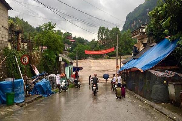 Cầu Na Sẩm ở Lạng Sơn bị lũ nhấn chìm, giao thông chia cắt