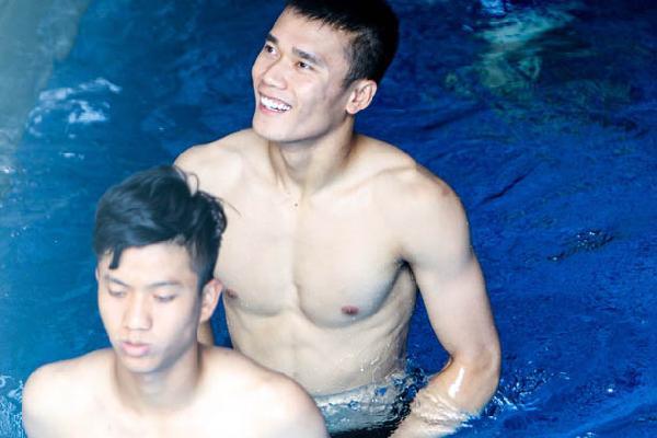 'Lội' bể bơi, dàn sao U23 Việt Nam khoe body như siêu mẫu