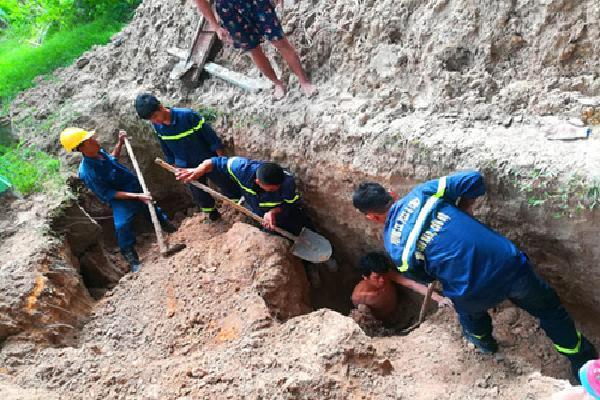 Cảnh sát cứu thanh niên bị đất vùi sâu hơn 2 m