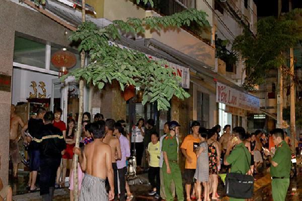 Khu phố ở Nha Trang náo loạn khi nhà ba tầng bốc cháy