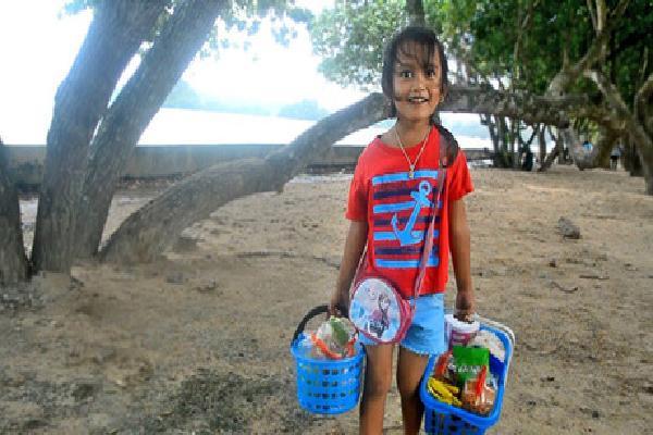 Bé 5 tuổi biết 4 thứ tiếng giúp mẹ bán hàng ở Thái Lan