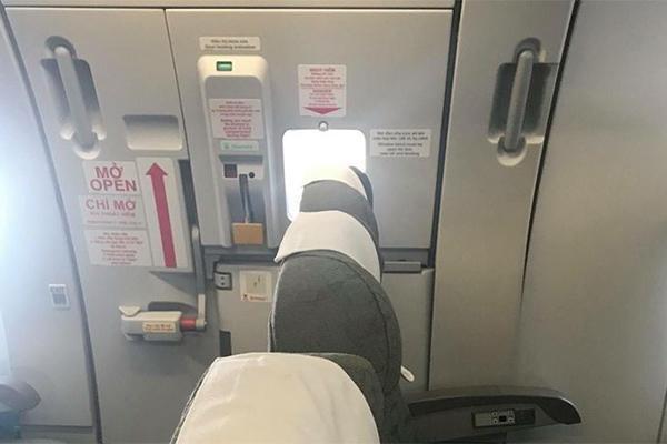 Có hay không chuyện Vietnam Airlines tự lắp thêm ghế ở lối thoát hiểm?