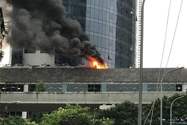 Cháy công trình của FLC trên đường Cầu Giấy, khói bốc nghi ngút