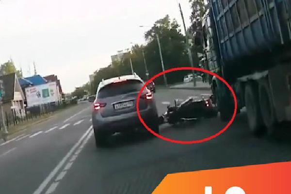 Tài xế bẻ lái cứu người ngã ra đường như trong phim