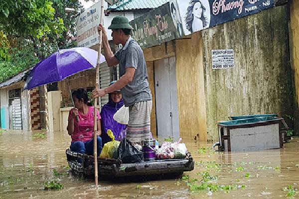 Gần 10.000 dân Thanh Hoá phải sơ tán vì lũ nhấn chìm nhà cửa