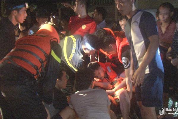 Cứu dân chạy lũ trong đêm, 2 chiến sĩ ở Nghệ An bị thương nặng