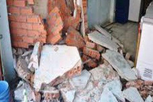 Cà Mau: Giông lốc mạnh làm sập tường nhà, hai bà cháu tử vong