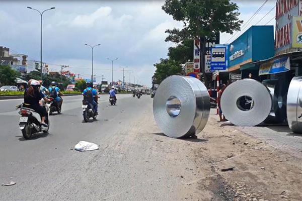 Bốn cuộn tôn gần 45 tấn lăn vào quán cơm ở Bà Rịa - Vũng Tàu