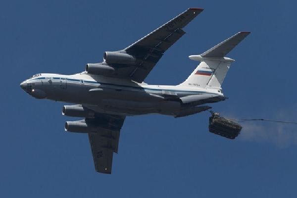 Nga thả dù xe thiết giáp cùng binh sĩ bên trong từ độ cao 1.800 m