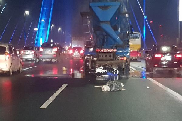 Tông vào đuôi xe trộn bê tông, người đàn ông tử vong trên cầu Nhật Tân