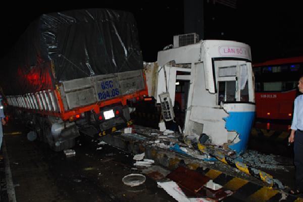 Ôtô tải tông sập cabin thu phí cao tốc TP HCM - Trung Lương