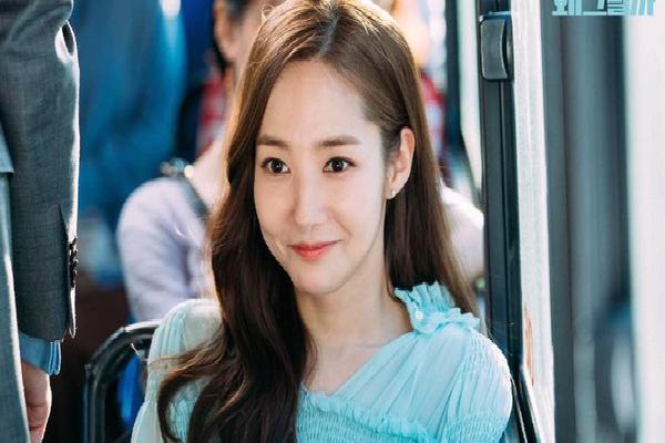 'Bóc' loạt phụ kiện của thư ký Kim: Toàn những món bé bé xinh xinh mà giá cả triệu đồng