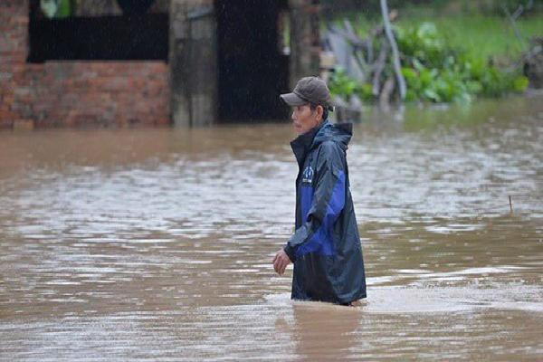 Thanh Hóa: Nhiều nơi vẫn bị cô lập trong biển nước sau cơn bão Sơn Tinh