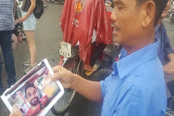 Vụ khách Tây đăng clip tố bị trả tiền âm phủ: Nam tài xế khóa máy, công an Hoàn Kiếm phải in ảnh tìm kiếm xác minh