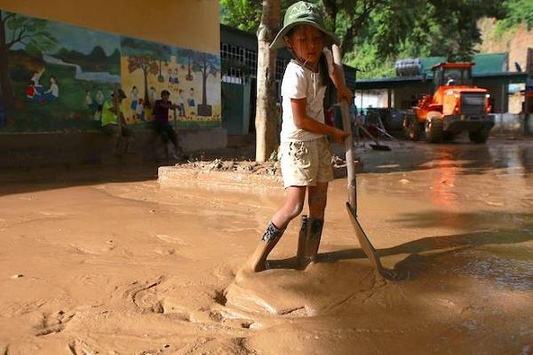 Xót xa hình ảnh sách vở, giáo án ngập trong bùn và nước lũ ở Nghệ An