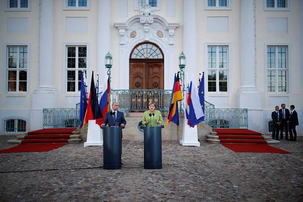 Putin đến Đức, cùng bà Merkel thảo luận một loạt vấn đề hóc búa