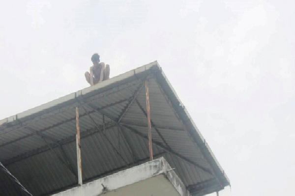 Giải cứu nam thanh niên leo nóc nhà... chỉ tay lên trời la hét