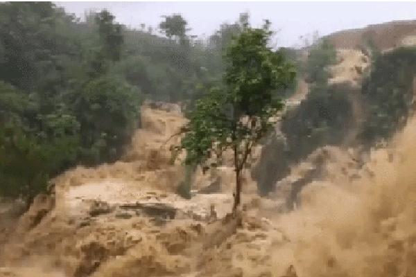 Video: Cảnh sạt lở, nước lũ chảy ầm ầm ở Sơn La