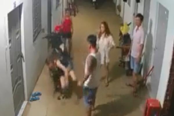 Clip: Người đàn ông xăm trổ lao vào đấm đá, tát liên tiếp vào mặt 2 cô gái trước xóm trọ khiến nhiều người phẫn nộ